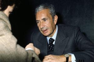 ©lapresse archivio storico politica Roma anni '70 Aldo Moro nella foto: l'onorevole Aldo Moro incontra alcuni studenti