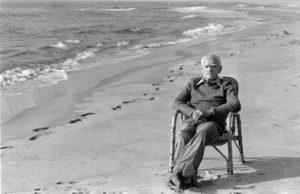 Alberto Moravia sulla spiaggia davanti alla sua casa a Sabaudia, 21/10/1977