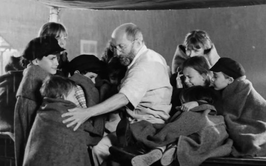 Десет съвета за родители от човека, който влезе в газова камера заедно с възпитаниците си